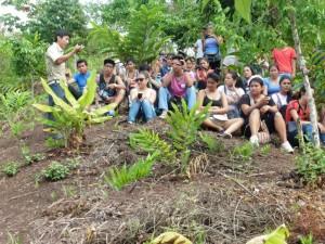 Etudiants visitant le jardin de colibris